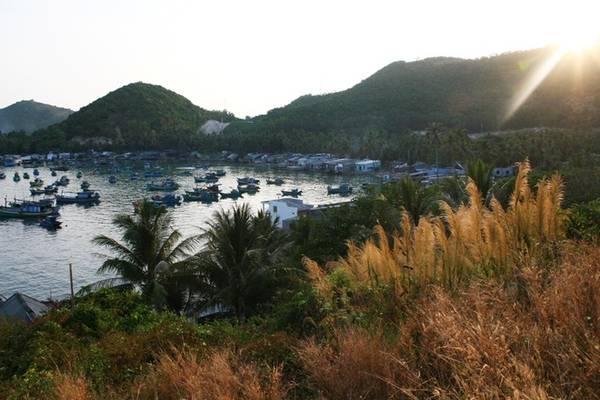 Chỉ cách bãi Chệt tầm 1 km là bãi Ngự, nổi tiếng với câu chuyện vua Gia Long đã từng đi qua và nghỉ tại đây. Giống như khu vực bãi Chệt, bãi Ngự chủ yếu là dân cư vạn chài sinh sống với một vài bãi đá nhỏ. Tuy nhiên, không có nhiều khách du lịch tới đây để tắm biển hay nghỉ ngơi.