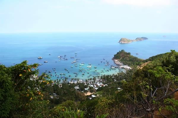 Khi ánh mặt trời lên, cả vùng biển quanh Củ Tron nhuộm màu xanh biếc. Trên con đường lên ngọn hải đăng Nam Du, bạn có thể dừng chân lưng dốc để ngắm nhìn trọn vẹn cảnh biển.