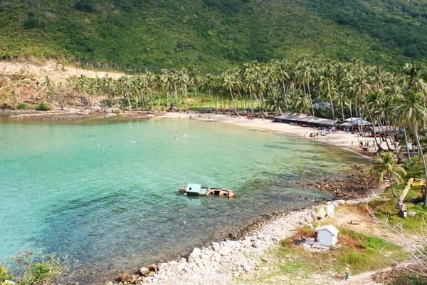 Description: Từ khu vực bãi Ngự, du khách đi thêm khoảng 4 km nữa sẽ tới bãi Mến (bãi cây Mến). Đây là bãi biển đẹp nhất trên đảo Củ Tron. Nằm gọn trong một vùng biển ăn sâu vào đất liền, bãi Mến khá lặng sóng thích hợp cho du khách thỏa sức tắm biển.