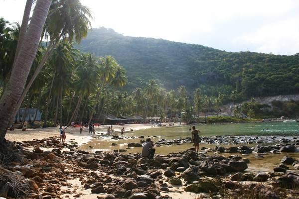 Description: Bãi Cây Mến là một vịnh, nước biển xanh biếc với diện tích 600 m2 nằm gọn trong vịnh Thái Lan.