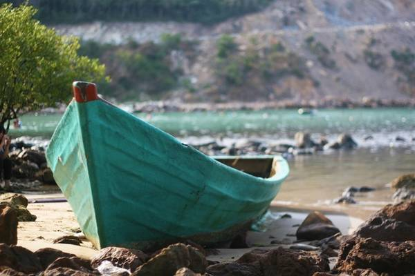 Description: Khung cảnh bãi Mến như được thêm phần ấn tượng với những con thuyền nằm im lìm trên bãi biển. Những con thuyền hoang tàn như ăn sâu vào bờ cát, cùng với đá và nước tạo nên một bức tranh thiên nhiên hoang sơ.