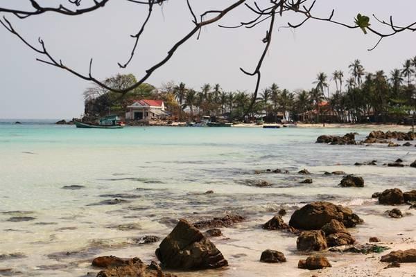 Description: Rời đảo Củ Tron, du khách tham gia tour khám phá các hòn đảo bắt đầu với hòn Mấu. Đây được đánh giá là hòn đảo với cảnh sắc thiên nhiên đẹp nhất ở Nam Du.