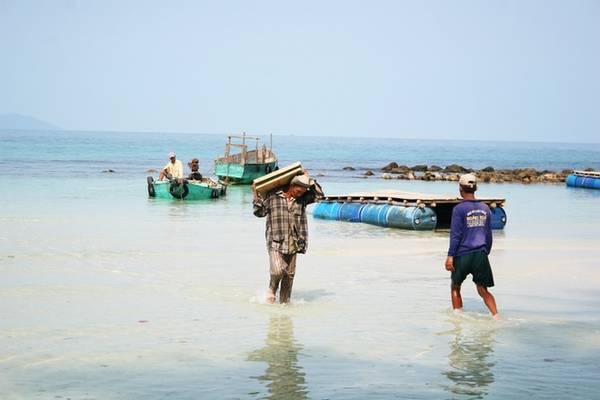 Description: Những người dân trên hòn Mấu phải vận chuyển đồ đạc, hàng hóa từ đảo chính tới. Trẻ em trên đảo khó khăn khi phải đi thuyền vào đảo Củ Tron để đến trường, nên có tình trạng trẻ em không được đi học hoặc bỏ học.