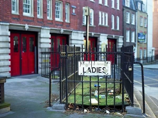 Các nhà vệ sinh công cộng phổ biến ở thành phố Rome cổ đại một thời đã biến mất ngay sau sự sụp đổ của đế chế La Mã. Về sau nó lại xuất hiện nổi bật và trở thành nét hiện đại của nhiều thành phố châu Âu như Paris, Berlin, London vào năm 1851. Trong hình là một nhà vệ sinh nữ tại đại lộ Rosebery, khu Clerkenwell.