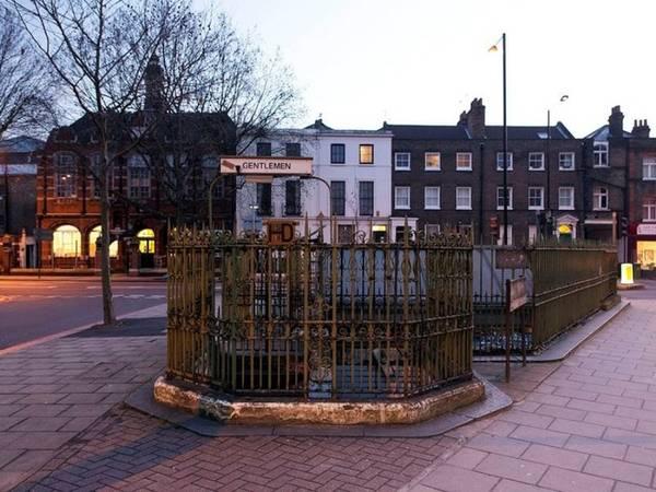 Một nhà vệ sinh công cộng cổ nằm trên đường Grange, khu Bermondsey, phía nam London. Nơi này thậm chí còn được chuyển đổi và xây thành một quán bar.