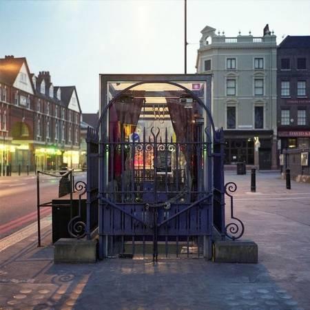 Hầu hết nhà vệ sinh này bị đóng cửa sau Chiến tranh thế giới thứ 2, tuy nhiên bạn vẫn có thể nhìn thấy một số chiếc còn lại quanh London. Chúng rất dễ nhận ra vì được bao bọc bởi các hàng rào kim loại có họa tiết cầu kỳ cùng cầu thang dẫn xuống dưới. Trong hình là nhà vệ sinh ở Spitalfields, từng chuyển thành một câu lạc bộ đêm có thể chứa tới 60 người.