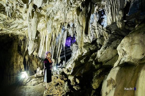 Description: Huyện Quản Bạ mở cửa chào đón du khách vào tham quan hang Lùng Khúy từ ngày 12/11/2015, thu hút gần 200 lượt du khách trong và ngoài nước. Vé cho một người vào hang là 50.000 đồng.