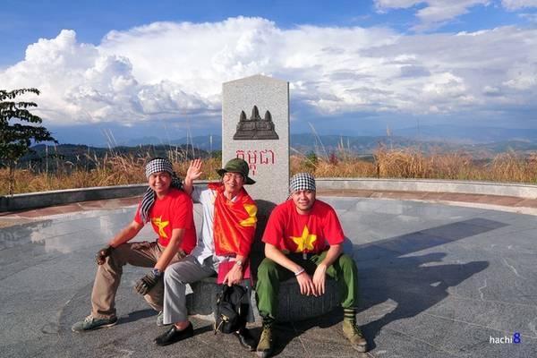 Description:   Cột mốc nằm trên đỉnh núi có độ cao 1.086 m so với mặt biển. Ngã ba Đông Dương thuộc tỉnh Kon Tum của Việt Nam, tỉnh Ratanakari của Campuchia, tỉnh Attapư của Lào.