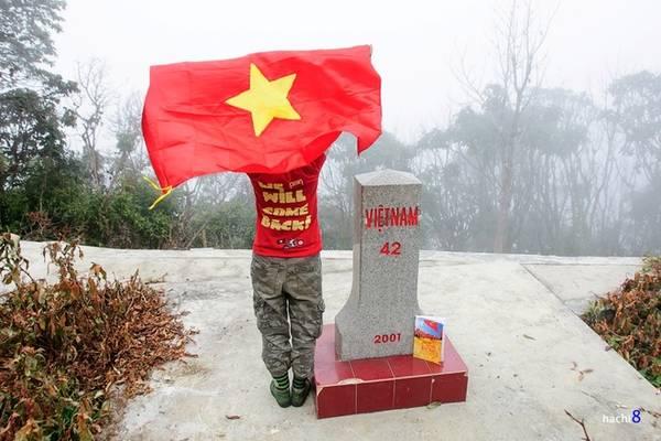 Description: Cột mốc 42 nằm trên cao độ 2.866 m, là mốc biên giới cao thứ hai trên toàn lãnh thổ Việt Nam (sau mốc 79). Khi lên đỉnh Pu Si Lung bạn sẽ qua cột mốc đáng nhớ này. Chắc chắn bất cứ người dân Việt nào cũng cảm thấy tự hào khi đứng tại đây.
