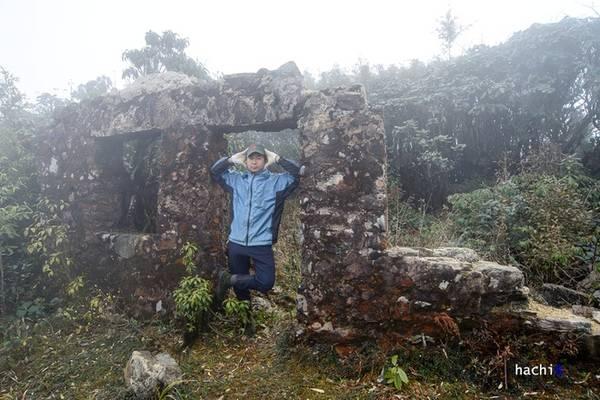 Description: Trên biên giới Việt - Trung, đỉnh Phàn Liên San cao 3.012 m là ngọn núi hoang sơ và bí hiểm bậc nhất Tây Bắc. Ngọn núi này thuộc quản lý của đồn biên phòng Vàng Ma Chải, huyện Phong Thổ, tỉnh Lai Châu và nằm sát cột mốc số 79. Trên đỉnh có bức tường thành đã bỏ hoang, chứng tích của một vùng biên giao tranh khốc liệt năm nào.
