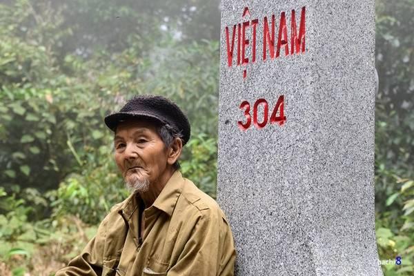 Description: Trên biên giới Việt - Lào, đây là một trong những mốc giới cao nhất. Cột mốc nằm trên đỉnh núi Đá Đỏ có cao độ 1.889 m và phải mất nhiều giờ leo bộ băng rừng rậm. Đây là vị trí phân định ranh giới giữa xã Quang Chiểu, huyện Mường Lát, tỉnh Thanh Hóa với bản Phiềng Khạy, cụm xã Mường Pùn, huyện Viêng Xay, Lào.
