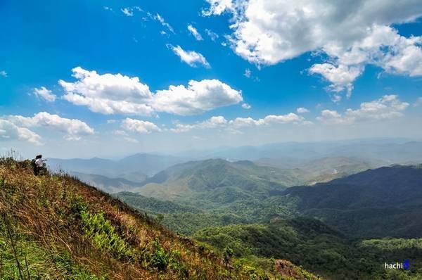 Description: Nằm trên đỉnh núi Khoang La San, ở độ cao 1.864 m so với mực nước biển đây được coi là điểm cực Tây của Việt Nam. Cột mốc không số hay còn gọi là mốc A Pa Chải là điểm khởi đầu của biên giới Việt Nam - Trung Quốc và Việt Nam - Lào. Cột mốc được xây bằng đá hoa cương trên một bệ đỡ vuông vắn có diện tích 5x5 m, là một cột đa giác cao 2 m có ba mặt quay về ba hướng, mỗi mặt có khắc tên nước bằng ngôn ngữ riêng và quốc huy của mỗi quốc gia.
