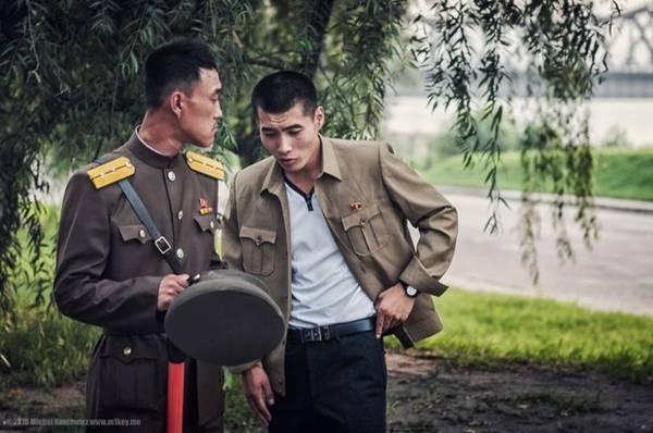 Nhiếp ảnh gia Michal Huniewicz có chuyến du lịch tới Triều Tiên và thực hiện bộ ảnh hiếm có về đời sống và con người đất nước bí ẩn này. Hình ảnh của những người lính có mặt ở mọi nơi tại thủ đô Bình Nhưỡng. Họ trò chuyện mà không để ý tới người khách đang chụp hình mình.