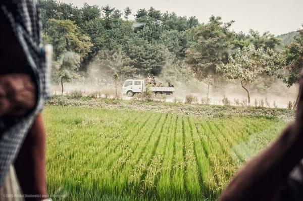 Chiếc xe tải nhỏ chở những người lính Triều Tiên. Khung cảnh được Michal ghi lại khi đang ngồi trên một chuyến tàu hỏa.