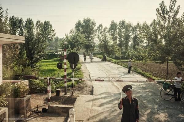 Khoảnh khắc Michal chộp được trên tàu khi đi qua một vùng nông thôn của Triều Tiên.
