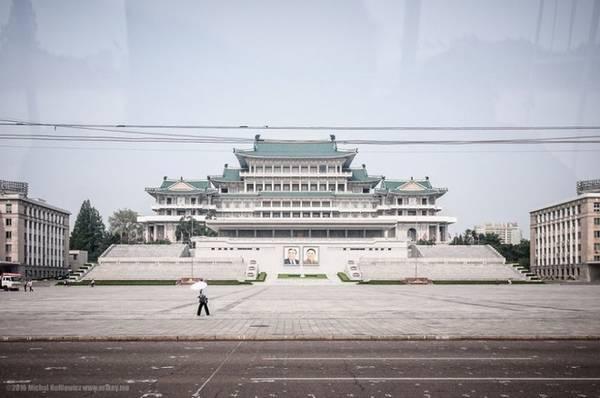 Quảng trường Kim Il-Sung, nơi hướng dẫn viên muốn du khách chụp ảnh hơn các địa điểm khác.