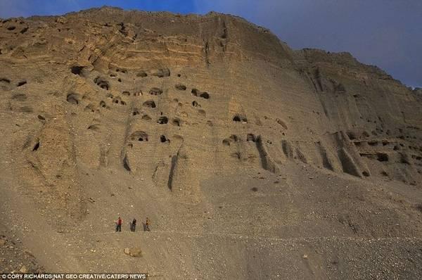 Vương quốc Mustang, giáp với cao nguyên Tây Tạng là một trong những nơi xa xôi, hẻo lánh nhất của người Nepal trên dãy Himalaya. Từng là một vương quốc Phật giáo độc lập, Mustang sáp nhập vào Nepal cuối thế kỷ 18, nhưng đến năm 1950 mới thực sự từ bỏ quyền độc lập. Bởi nằm ở vị trí biên giới nhạy cảm, đến năm 1992, người nước ngoài vẫn chưa được tới Mustang. Sự cô lập đối với thế giới bên ngoài giúp nơi đây bảo tồn tốt văn hoá cổ xưa.