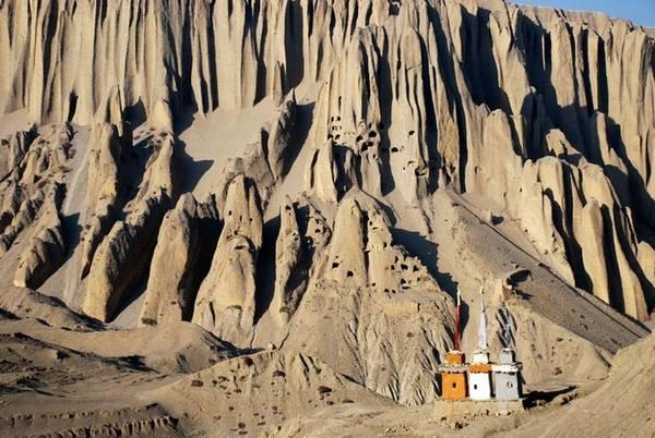 Chưa có lời giải đáp cho việc ai đã đào chúng hoặc làm cách nào để người ta có thể đào hang trên những vách đá dựng đứng gần như không thể đặt chân tới. Ngay cả những nhà leo núi dày dặn kinh nghiệm cũng chưa leo tới được một số hang ở vị trí hiểm hóc.