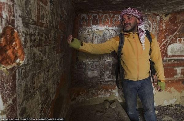 Phần lớn hang động ngày nay đều trống rỗng nhưng vài hang có dấu hiệu của người sinh sống như thùng chứa đồ và không gian ngủ. Một số khác là nơi chôn cất người chết. Hàng chục thi hài được tìm thấy trong các hang động hơn 2.000 năm tuổi. Họ được đặt nằm trên giường gỗ và đeo đồ trang sức bằng đồng hoặc hạt thuỷ tinh.