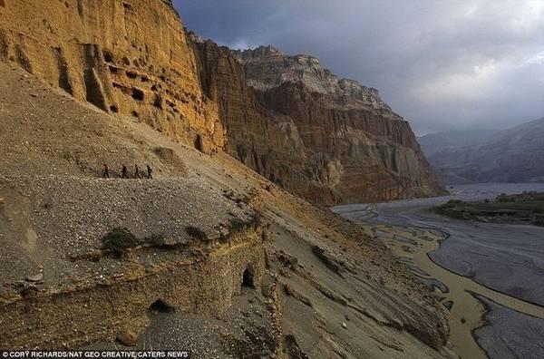Một vài hang động trở thành tu viện như Luri Gompa, tu viện hang Chungsi và tu viện hang Nyiphuk.
