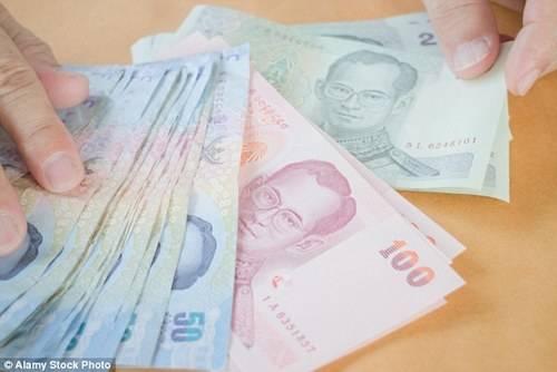 Giẫm lên tiền Thái Lan bị xem như một hành động phỉ báng. Ảnh: Alamy.