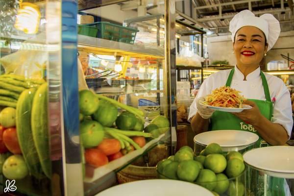 Gỏi đu đủ kiểu Thái hay Som Tam là món ăn đặc trưng của ẩm thực Thái Lan và được bày bán khá phổ biến dọc theo các con đường ở thành phố Bangkok.