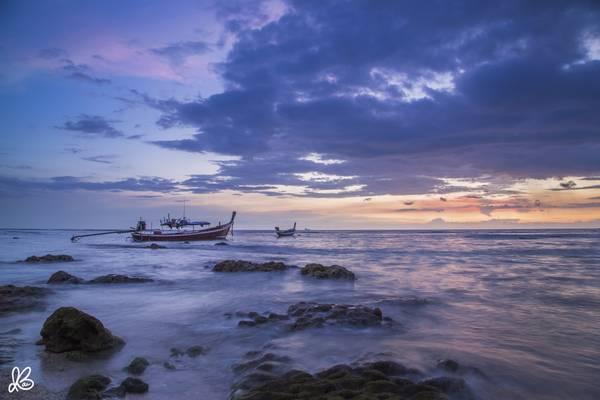 Những chiếc thuyền đuôi dài trên biển Koh Lanta.