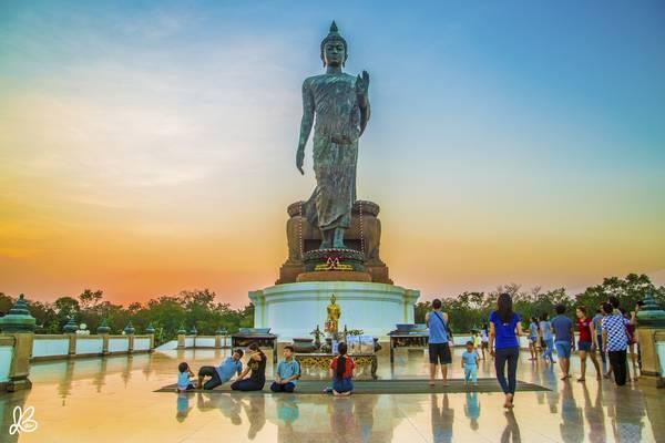 Bức tượng Phật tại Phutthamonthon, đây được xem là pho tượng Phật đứng cao nhất thế giới.