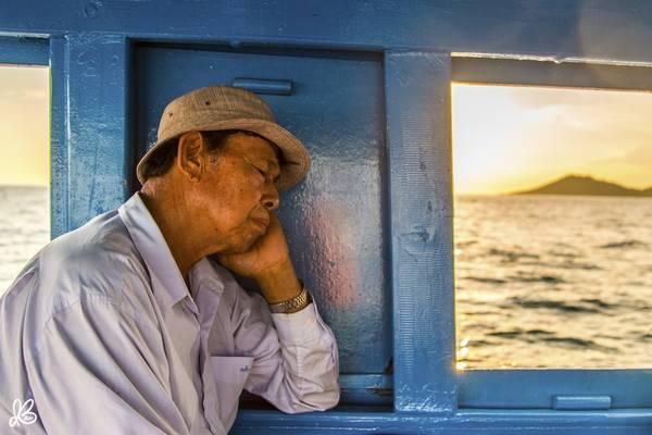 Người đàn ông tranh thủ chợp mắt trên tàu về đất liền từ Koh Samet.