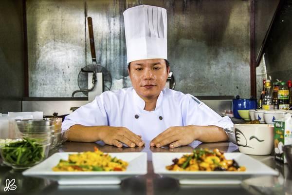 Một đầu bếp Thái Lan đang trình bày những món ăn truyền thống của Thái.