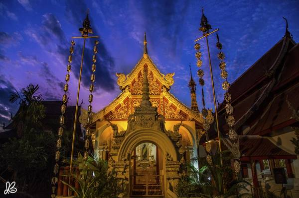 """Ngôi chùa ở Chiang Mai """"sáng rực"""" trong ánh hoàng hôn."""