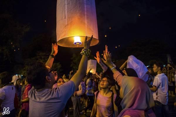 Người dân địa phương tham gia lễ hội thả đèn trời ở Chiang Mai.