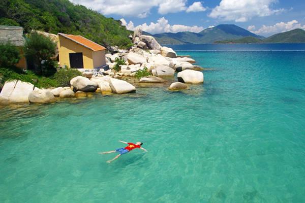Description: Đảo Hòn Ông ở Nha Trang còn được biết đến với tên gọi là đảo Cá Voi.