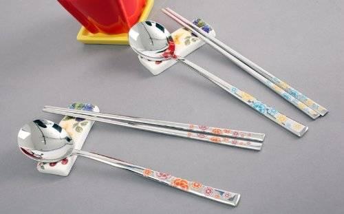 Thìa và đũa của người Hàn Quốc thường dẹt và bằng kim loại. Ảnh: amazon