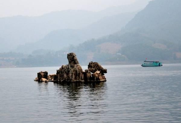 Trên mặt hồ thác Bờ. Ảnh: Phạm Tô Chiêm