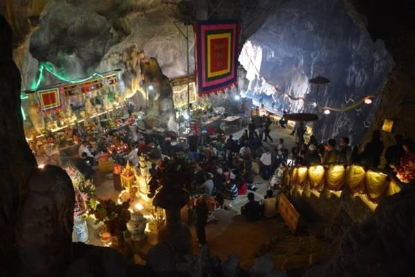 Trong hang Đền Thác Bờ. Ảnh: Phạm Tô Chiêm