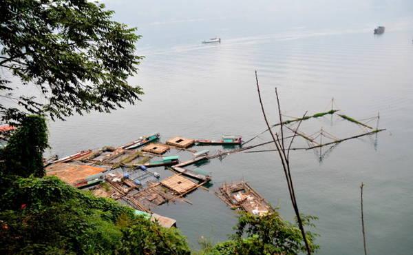 Từ trên cao nhìn xuống lòng hồ - Ảnh: Phạm Tô Chiêm