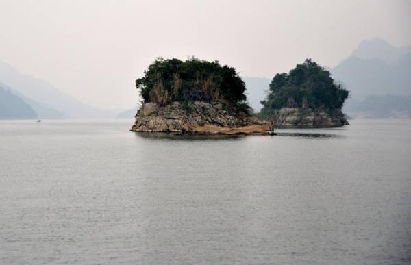 Những đảo đá nằm giữa lòng hồ - Ảnh: Phạm Tô Chiêm