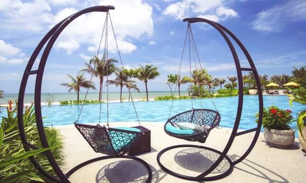 Pool Bar nằm ngay bên hồ bơi là nơi lý tưởng để thưởng thức ly cocktail, những trái dừa tươi mát lạnh hoặc các thức uống mang hương vị tuyệt hảo của miền nhiệt đới.