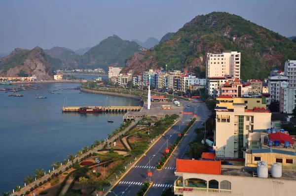 Hầu hết nhà nghỉ và khách sạn ở Cát Bà đều nằm dọc cung đường ven biển. Ảnh: dulichdaocatba