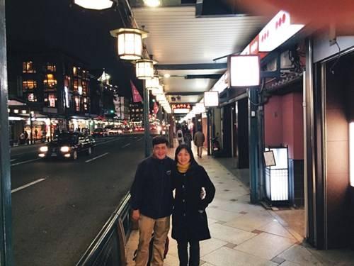 Vợ chồng tác giả tại một góc khu Gion