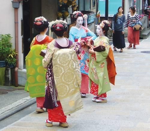 Các Maiko trong khu phố cổ