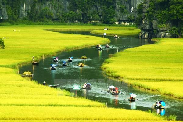 Tràng An: Tràng An là một trong những khu du lịch nổi tiếng nhất của Ninh Bình hiện nay. Phong cảnh thiên nhiên hoang sơ, tuyệt đẹp của Tràng An đã được UNESCO công nhận là di sản thiên nhiên và di sản văn hóa thế giới. Khung cảnh nơi đây được tạo nên từ dòng sông chạy uốn lượn qua các dãy núi đá vôi, tạo thành vô vàn những hang động tự nhiên huyền ảo, kỳ bí.Ảnh: TTXVN