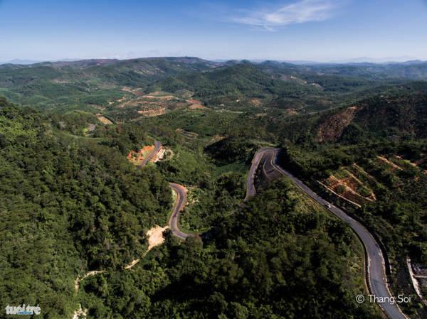 Một con đường uốn lượn theo triền núi ở tỉnh Đắk Nông - Ảnh Lê Thế Thắng