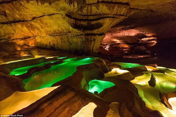 Màu sắc khác nhau của các hồ tại nên một khung cảnh ngoạn mục. Đây từng là nơi được chọn để quay một số bộ phim Pháp.