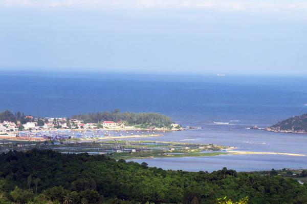 Vùng biển Mỹ Á (ảnh chụp từ trên đỉnh núi Giàng) - Ảnh: Minh Kỳ