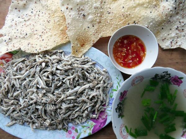Món cá cơm luộc xúc bánh tráng - Ảnh: Minh Kỳ