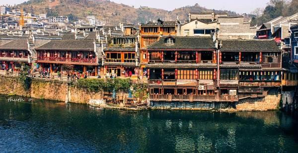 Phượng Hoàng là một thị trấn cổ nằm ở huyện Phượng Hoàng, phía tây tỉnh Hồ Nam, Trung Quốc. Nơi đây được xây dựng bên dòng Đà Giang hơn 1.000 năm trước nhưng vẫn còn nguyên vẹn nét văn hóa, kiến trúc đặc trưng của nghìn xưa để lại.