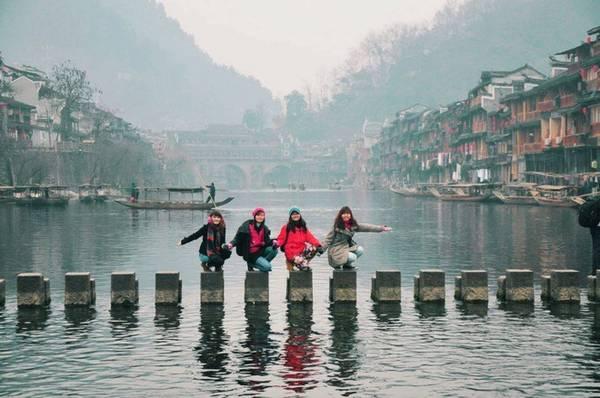 Dọc sông Đà Giang khoảng 5 km có rất nhiều cây cầu được người dân bắt ngang sông, cầu gỗ, cầu đá rất độc đáo, du khách có thể chụp lại những khoảnh khắc thú vị tại đây.