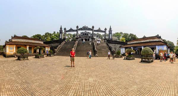 Toàn cảnh bên ngoài Lăng Vua Khải Định. Ảnh: Nguyễn Đình Thành.